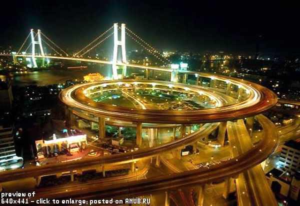 Спиралевидная дорожная развязка с выездом на мост в Шанхае, Китай
