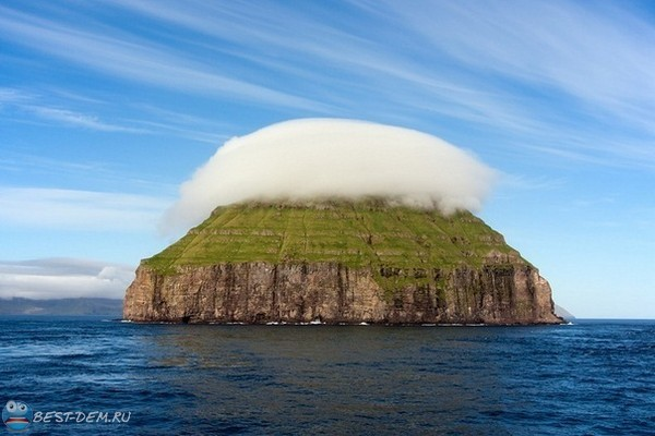 Облако над островом