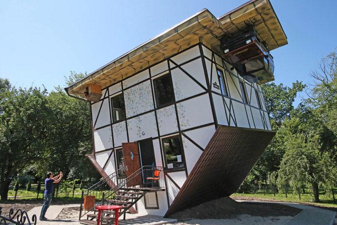 """Посетители осматривают первый в Калиниграде """"дом наоборот"""". Двухэтажный дом, построенный по всем строительным правилам, но перевернутый на крышу.  (РИА Новости)"""