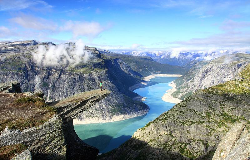 Язык Тролля – каменный выступ необычной формы, названный так из-за внешнего сходства с языком, расположенный на высоте 350 метров. Озеро Рингедалсватн, Одда, Норвегия