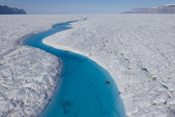 Голубая река в Гренландии.