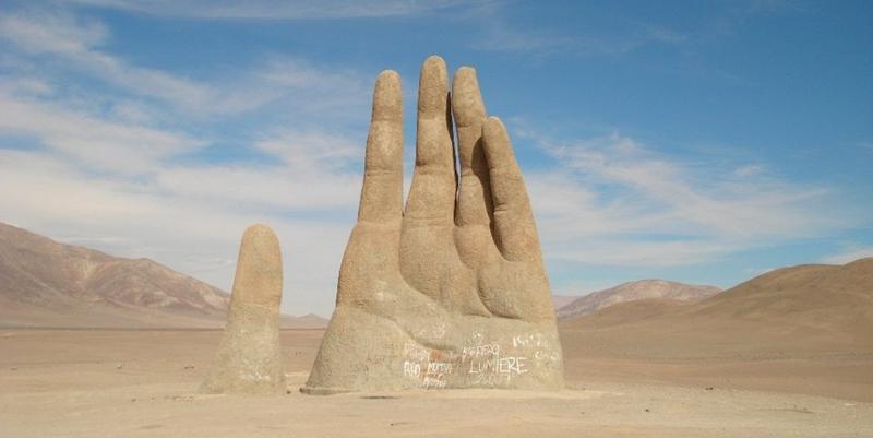 Рука в пустыне Атакама
