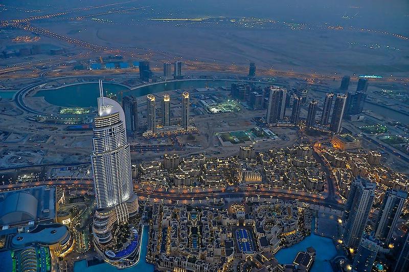 Вид с самого высокого небоскреба в мире «Бурж Халифа», Дубаи. Точная высота сооружения составляет 828 м (при количестве этажей — 163).