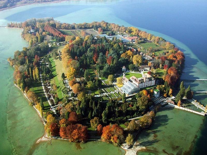 Майнау - крошечный остров располагается в Боденском озере прямо возле немецкого города Констанц. В год остров посещают более одного милиона туристов со всего мира