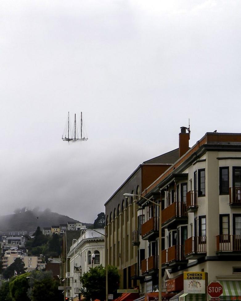 Телевышка в тумане. Сан-Франциско, США