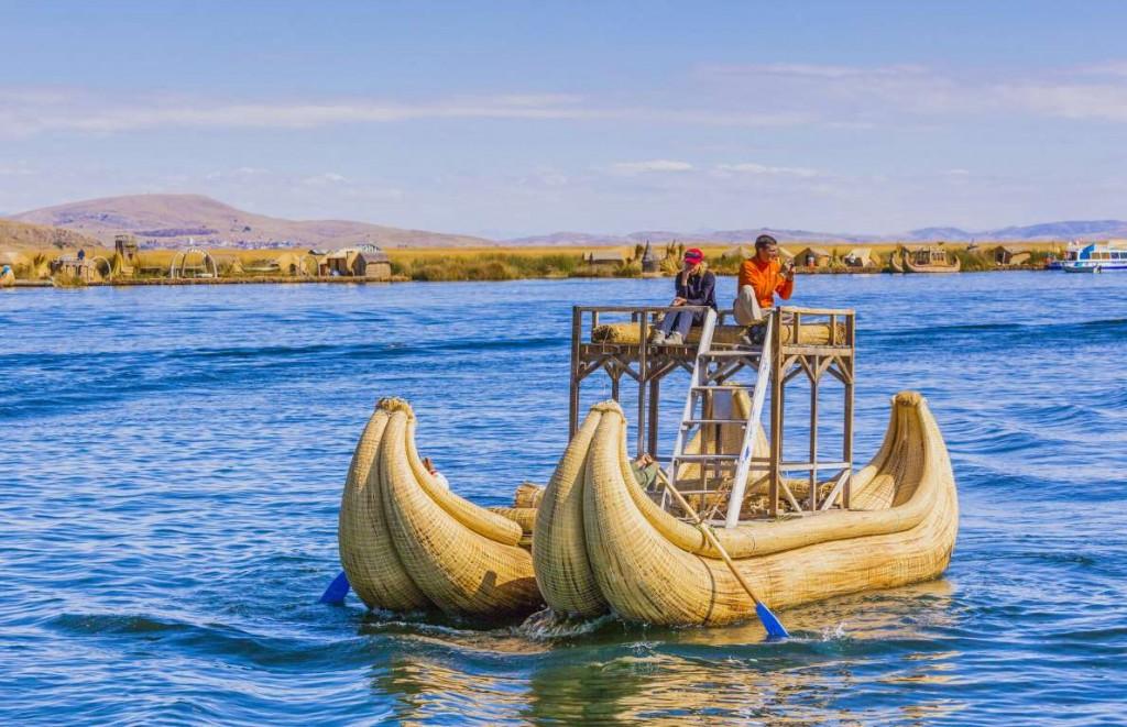 Эти уникальные лодки изготавливают из тростника, растущего в Перу, и являются любимым средством передвижения среди местных рыбаков и туристов