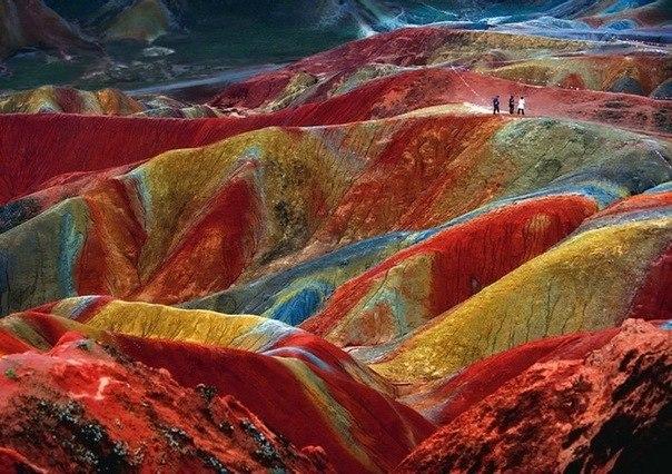 Это уникальное геологическое явление, известное как Danxialandform. Такие явления можно наблюдать в нескольких местах в Китае. Этот пример расположен в Zhangye, провинция Gansu. Цвет -результат накопленного в течении миллионов лет красного песчаника и других осадков, которые высохли, осели и окислились