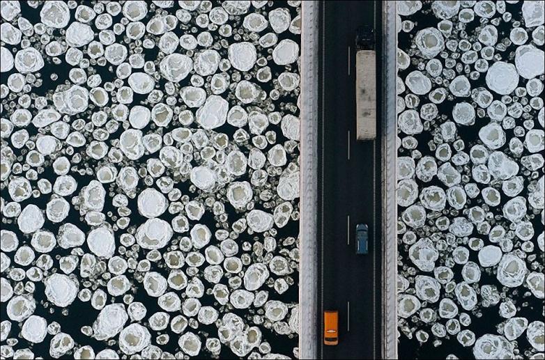 Мост через замерзшую реку в Польше.