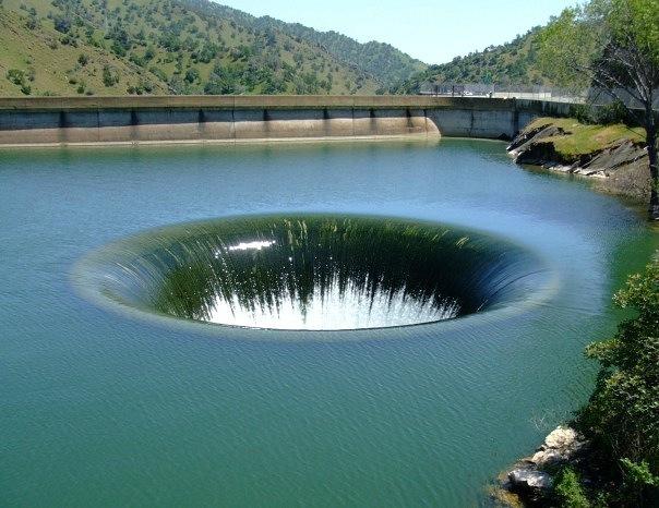 Плотина Монтичелло в США, штате Калифорния известна своим уникальным гидросливом
