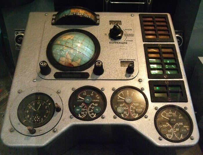 Панель управления и навигации космического корабля «Восток–1″. За ней Гагарин провел главные 108 минут своей жизни