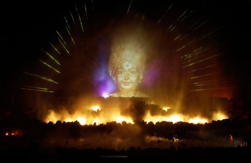 Изображение мудреца 19-ого века Сахаджананды является частью лазерного водного шоу у храма Акшардхам в Гандхинагаре, Индия. В храме Акшардхам прошло первое в своем роде лазерное водное шоу