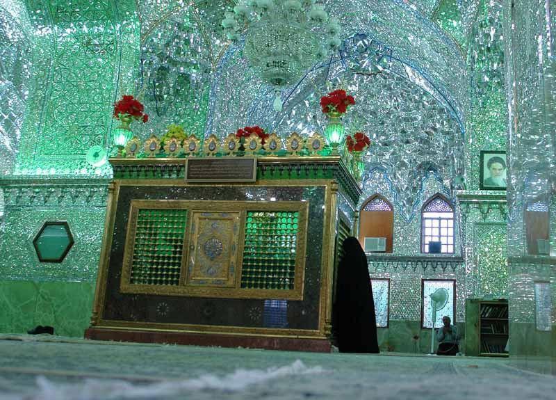 Впечатляющий зеркальный мавзолей Шах-Черах
