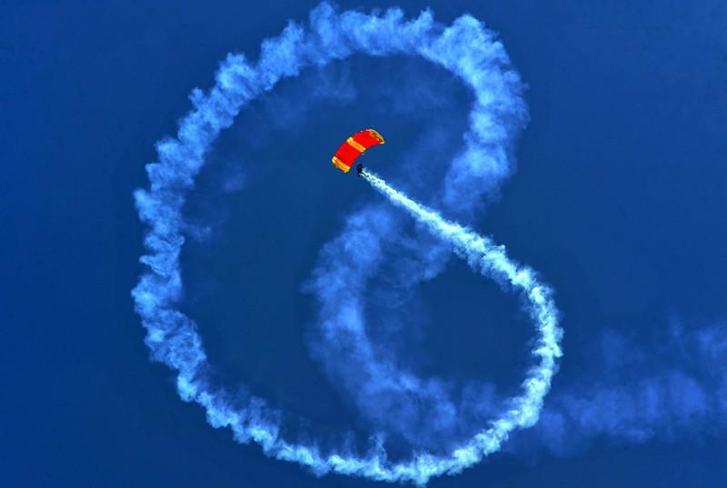 Парашютист из колумбийской армии рисует в воздухе фигуры с помощью дыма, во время фестиваля «Expodefensa» в Кали