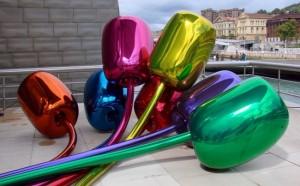 """Inauguré en 1997, le musée Guggenheim de Bilbao a été conçu par l'architecte américain Frank O. Gehry. Situé au bord du fleuve Nevio, il a transformé, en dix ans, l'image de cette ville du pays basque, frappée par la crise industrielle. Il présente des collections d'art contemporain et des expositions temporaires de niveau international. Au premier plan, la sculpture """"Maman"""" de Louise Bourgeois date de 1999."""