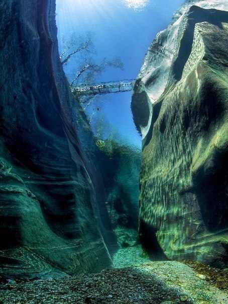 Фото сделанное со дна реки. Вода в реке Верзаска настолько чистая, что можно рассмотреть в деталях мост над ней с глубины 15 метров.
