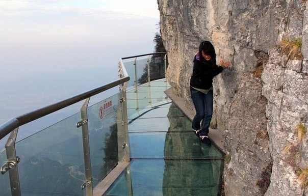 Прозрачная дорога вдоль отвесной скалы. Китай. Не для слабонервных