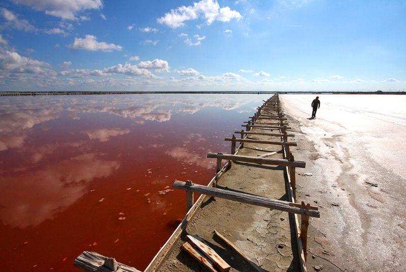 Соленое озеро Сасык-Сиваш в Крыму расположено к востоку от Евпатории