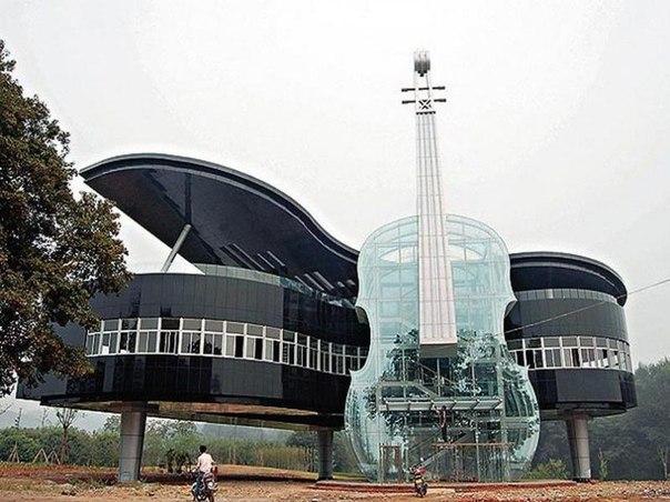 Этот уникальный дом в форме фортепиано со скрипкой недавно был построен в провинции Китая Хуэй. Внутри скрипки находится эскалатор и лестницы, по которым можно попасть внутрь здания
