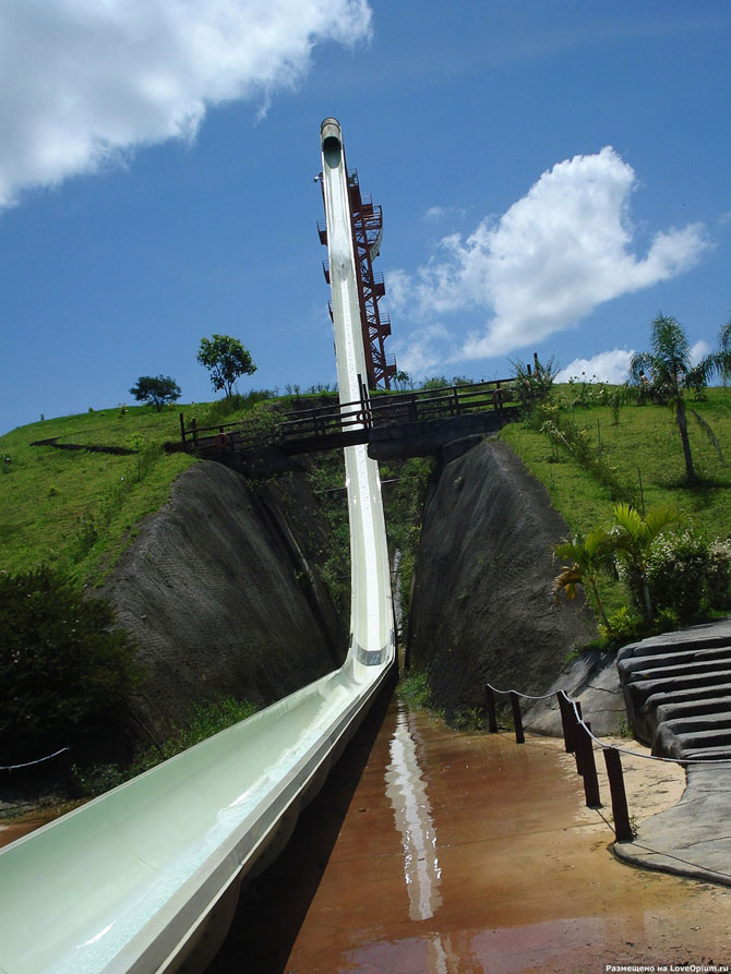 В парке AquasQuentesCountryClub в Рио Де Жанейро находится самая высокая в мире водная горка. Ее высота 50 метров, угол наклона 60 градусов, а максимальная скорость спуска достигает 100 км/час
