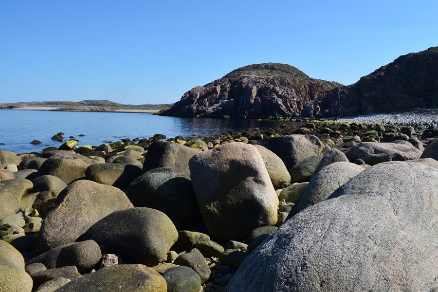 Морская волна прячется в камнях