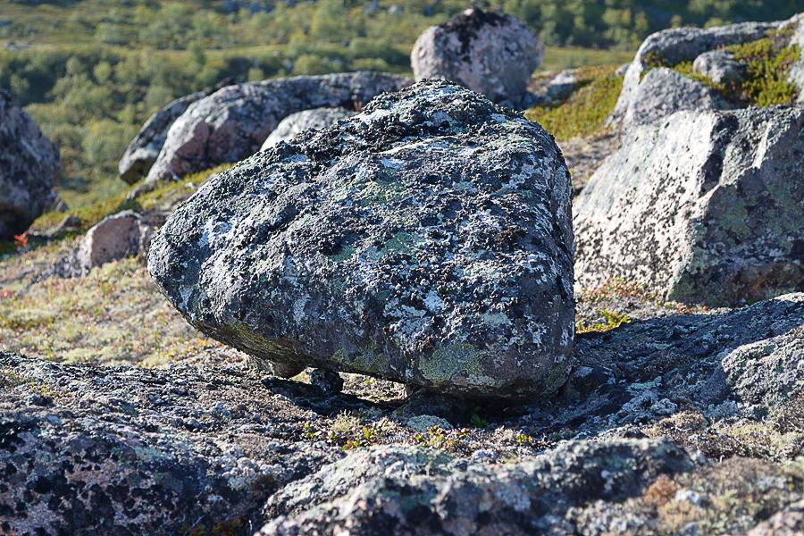 По преданию Саамские колдуны – нойды, умели усиливать и так мощную энергию этих камней.
