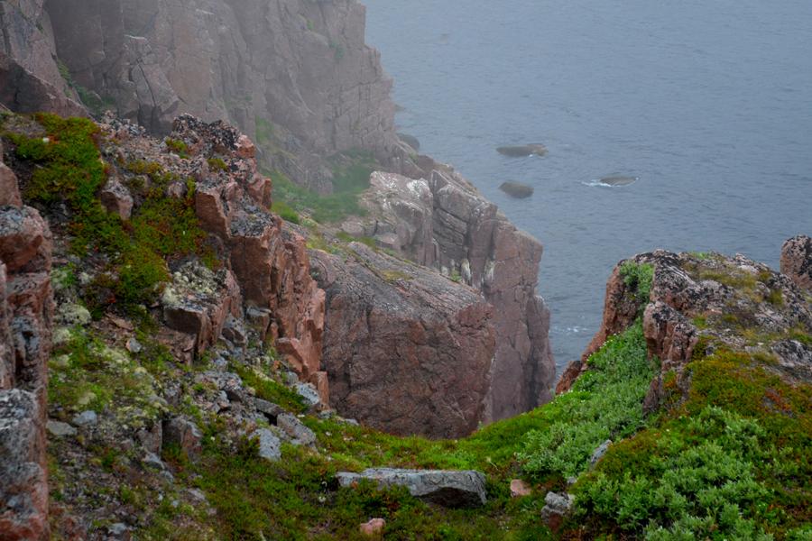 Вид на море сквозь скалы