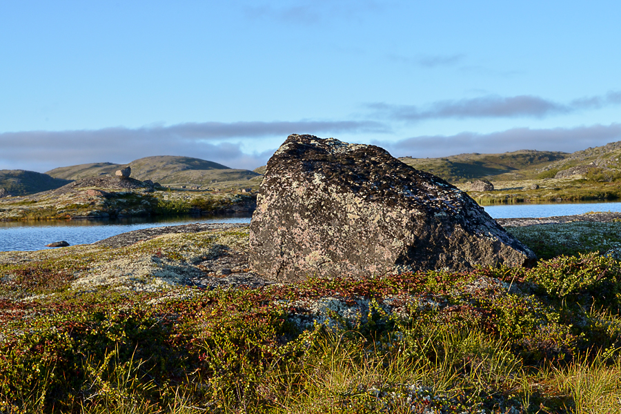 """Каменные сейды встречаются на территории России в Карелии и на Кольском полуострове, а также в Скандинавии. В форме каменных пирамидок либо скалы на подставках, """"каменных ножках"""". Зафиксировано, что отдельные сейды имеют имена. Например, Сейд Летучий камень на горе Сейдпахк и пара сейдов Праудедки (скальные останцы Старик и Старуха) на реке Поной Кольского полуострова"""