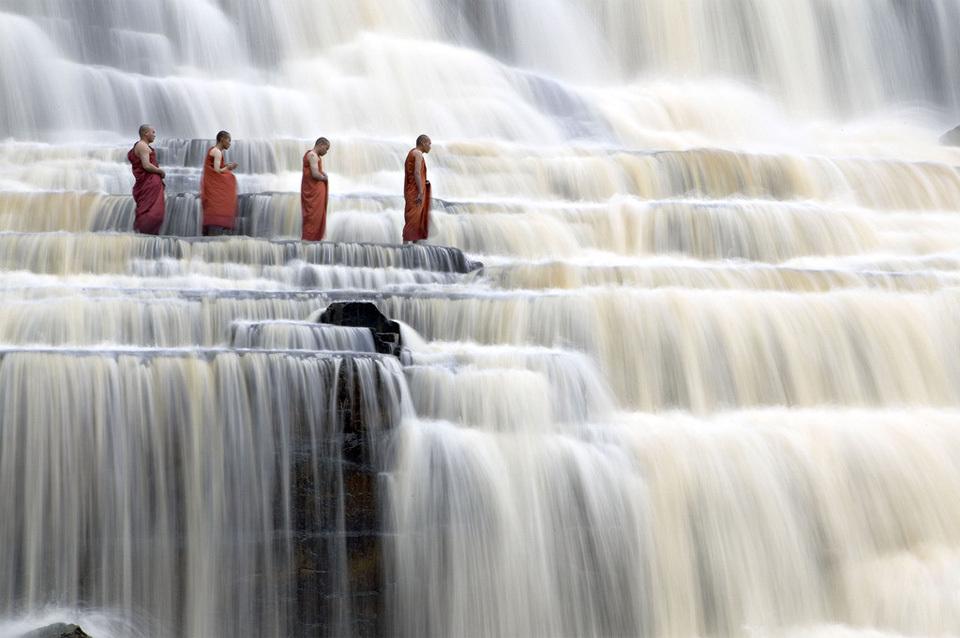 Монахи на водопаде Понгур, Вьетнам