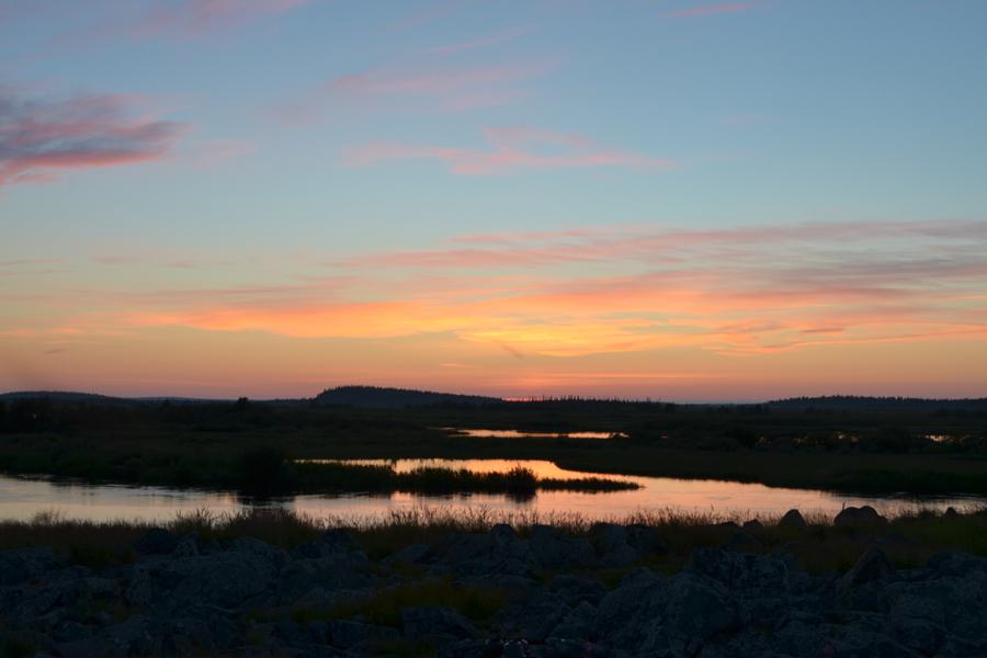 Закат на р. Поной в Чальмны-Варрэ (Название в переводе с саамского языка означает «глаза леса»