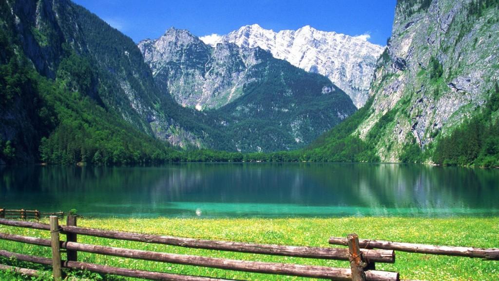 Вид на бирюзовую воду озера - релакс фото