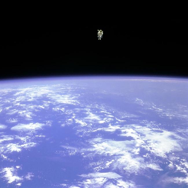 Первый человек с ранцем в космосе