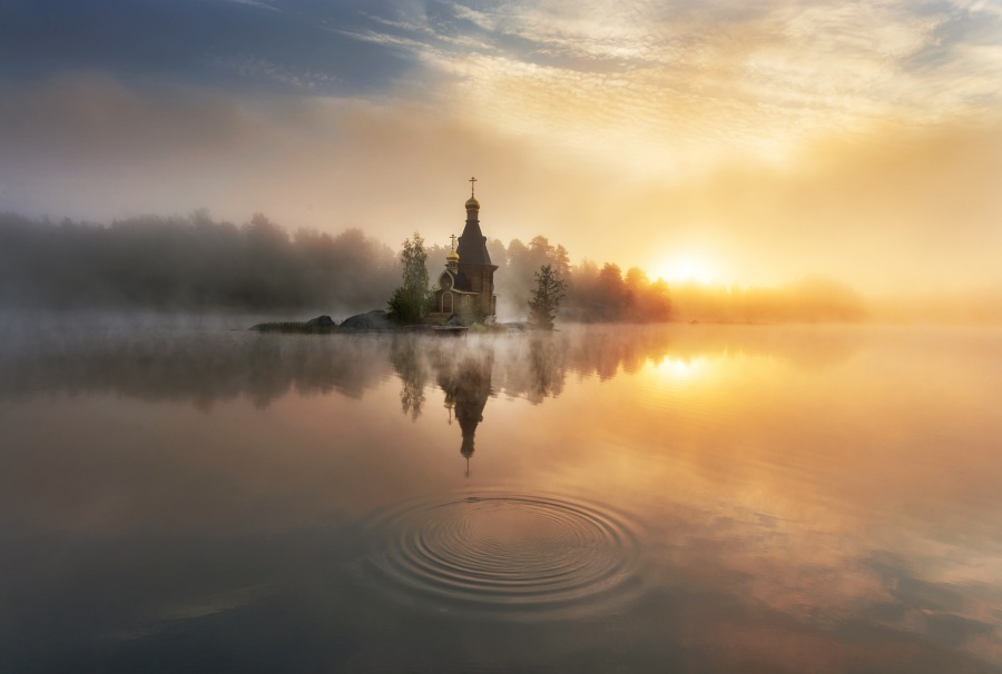 256 Храм на берегу реки туманным утром