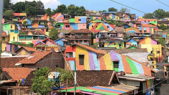 Радужная деревня Кампунг Пиланджа в Индонезии - раскрашенные дома фото